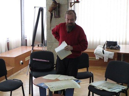 Сергій Демчишин дарує газети та листівки УГС