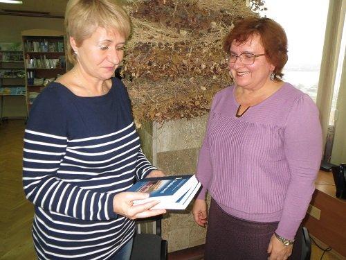 Наталія Козаренко передає обласній бібліотеці книги з історії УГГ