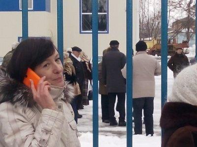 Депутат Леонова пытается попасть на собрание по своему отзыву
