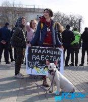Наталья Блок с плакатом